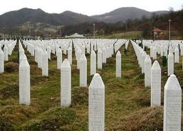 Begraafplaats bij Srebrenica – Foto: CC / Michael Büker