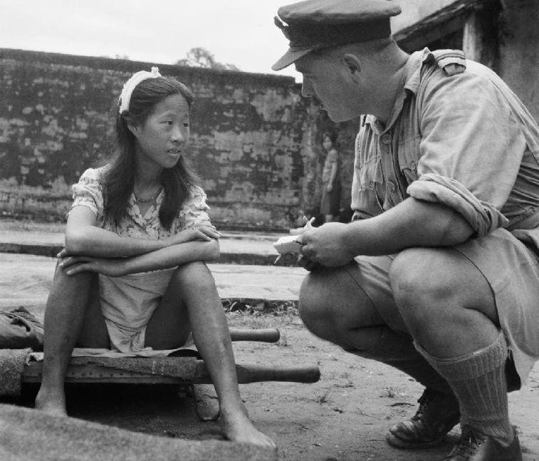 Een 'troostmeisje', kort na de oorlog in gesprek met een Britse officier