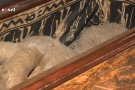 Jongen vindt mummie op de zolder van zijn oma - Uitbreiding van de zolder ...