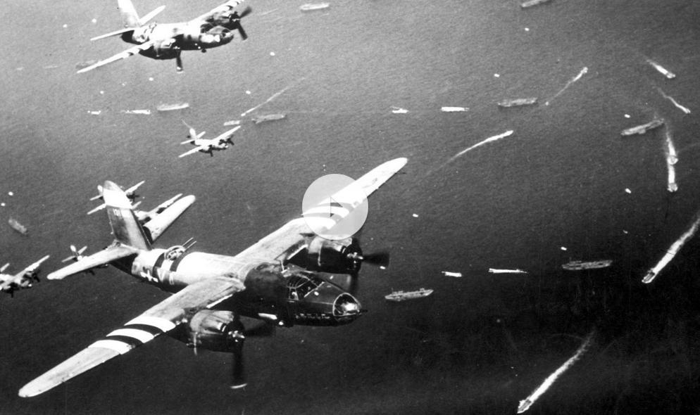 Geallieerde vliegtuigen boven de invasievloot, op weg naar Normandië. (Filmbeeld op de site).