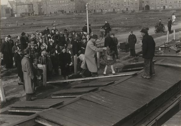 Kinderen worden per schip naar Friesland gebracht, Den Haag (1944-1945)