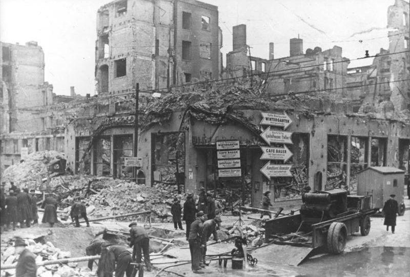 Oorlog ging gruwelijk door na 1945 - De gevels van de huizen ...
