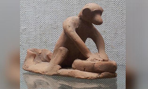 Een aap die deeg kneedt Archeologisch Museum Sozopol