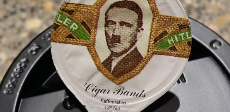Adolf Hitler op een koffiekuipje (Twitter)