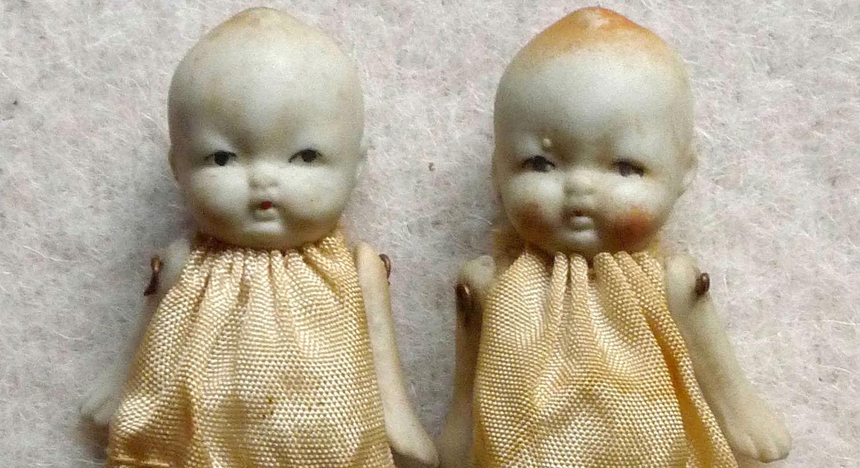 De achterkant van troost / porseleinen popjes (Openluchtmuseum)