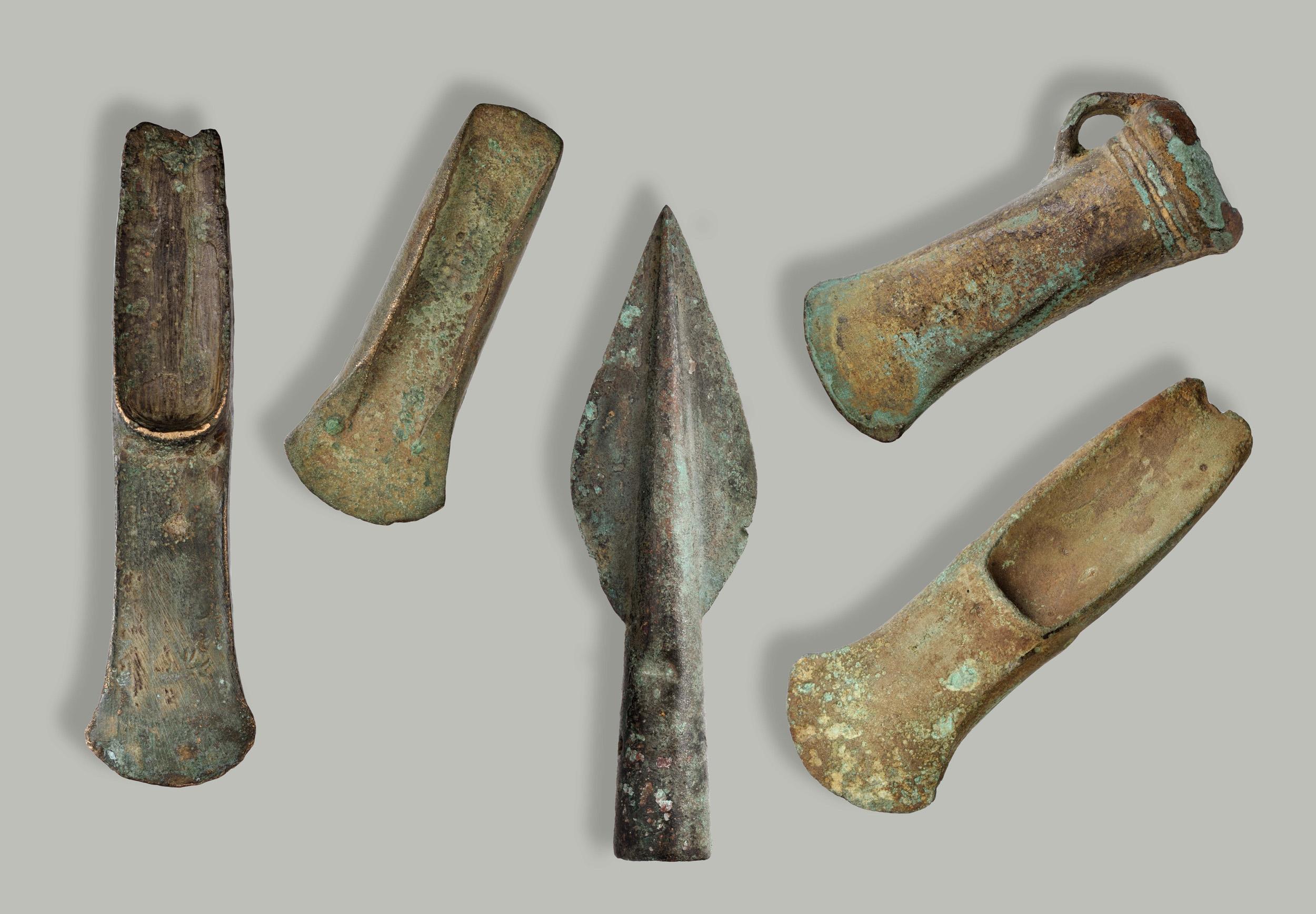 Verschillende bijltypen en een lanspunt, 2100-800 v.Chr., brons, collectie Drents Museum