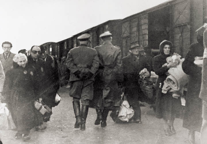Duitse officieren op het perron van doorgangskamp Westerbork bij een trein die op het punt staat om te vertrekken. (annefrank.org)