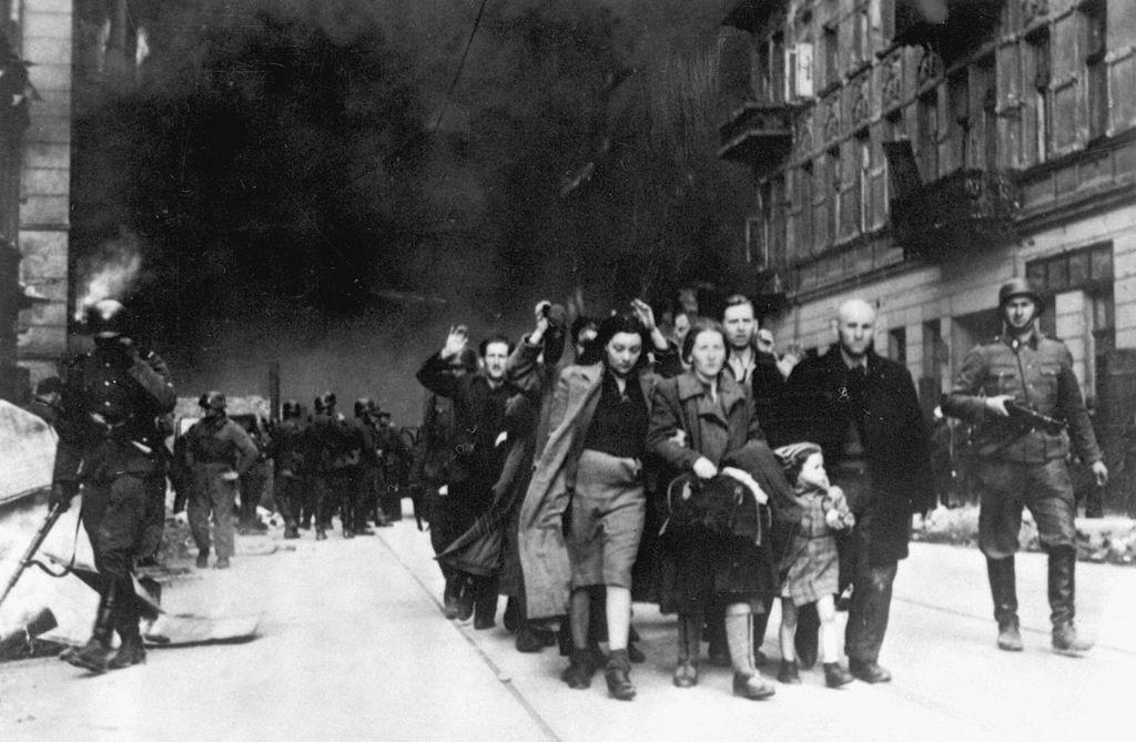Arrestaties tijdens de opstand in het Getto van Warschau in 1943, Joden worden uit hun schuilplaatsen verdreven
