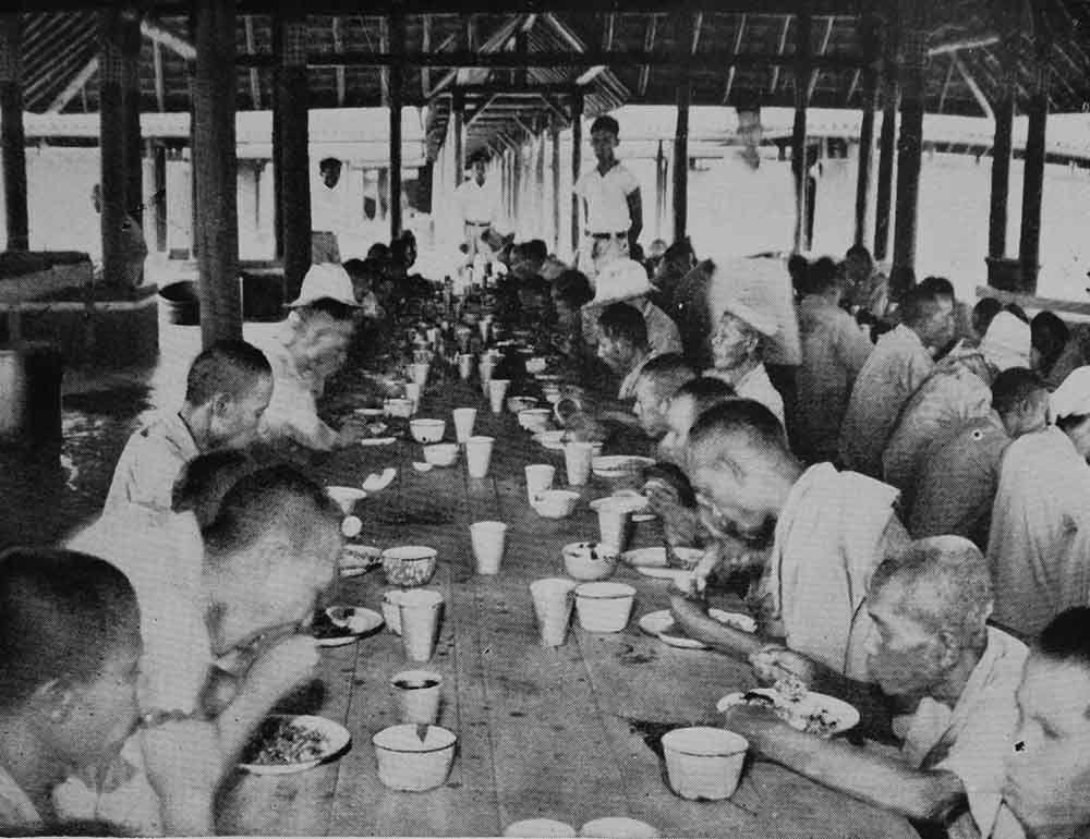 Gemeenschappelijke maaltijd in arbeidtherapeutische kolonie Lenteng Agung (Geneeskundig Tijdschrift voor Nederlands-Indië 1935)
