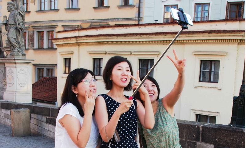 Toeristen met een selfie-stick - cc