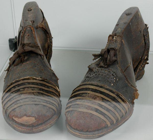 Schoenen reuzin Trijntje Keever te zien in Schiedam