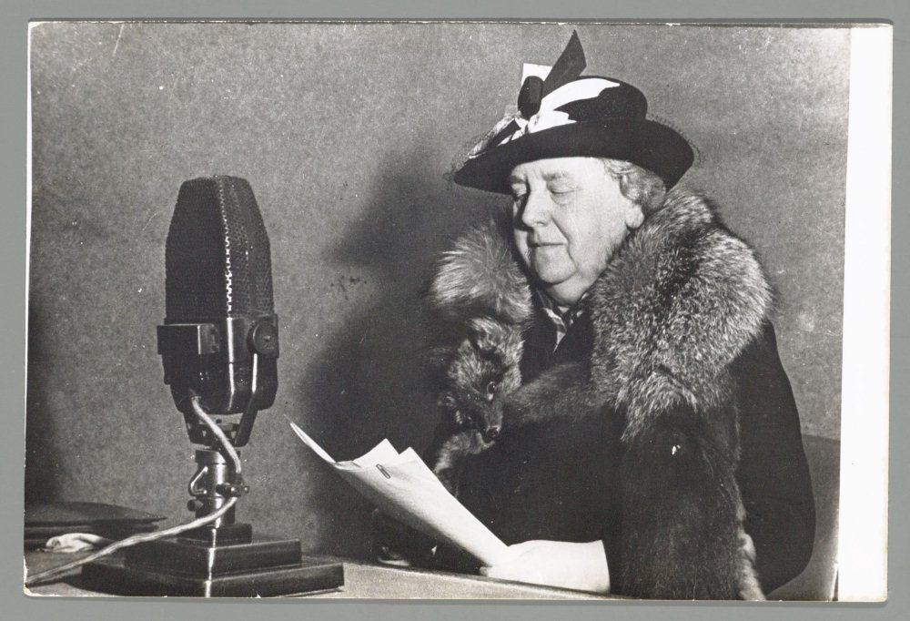 Koningin Wilhelmina spreekt tot het volk via Radio Oranje.