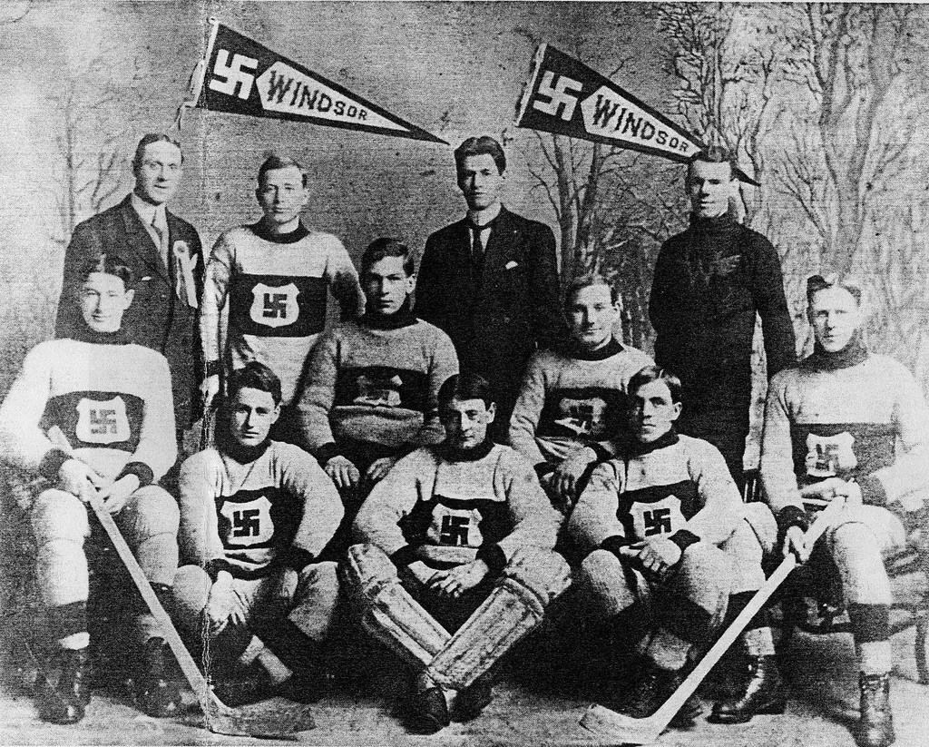Canadese ijshockeyers met de swastika op hun tenue