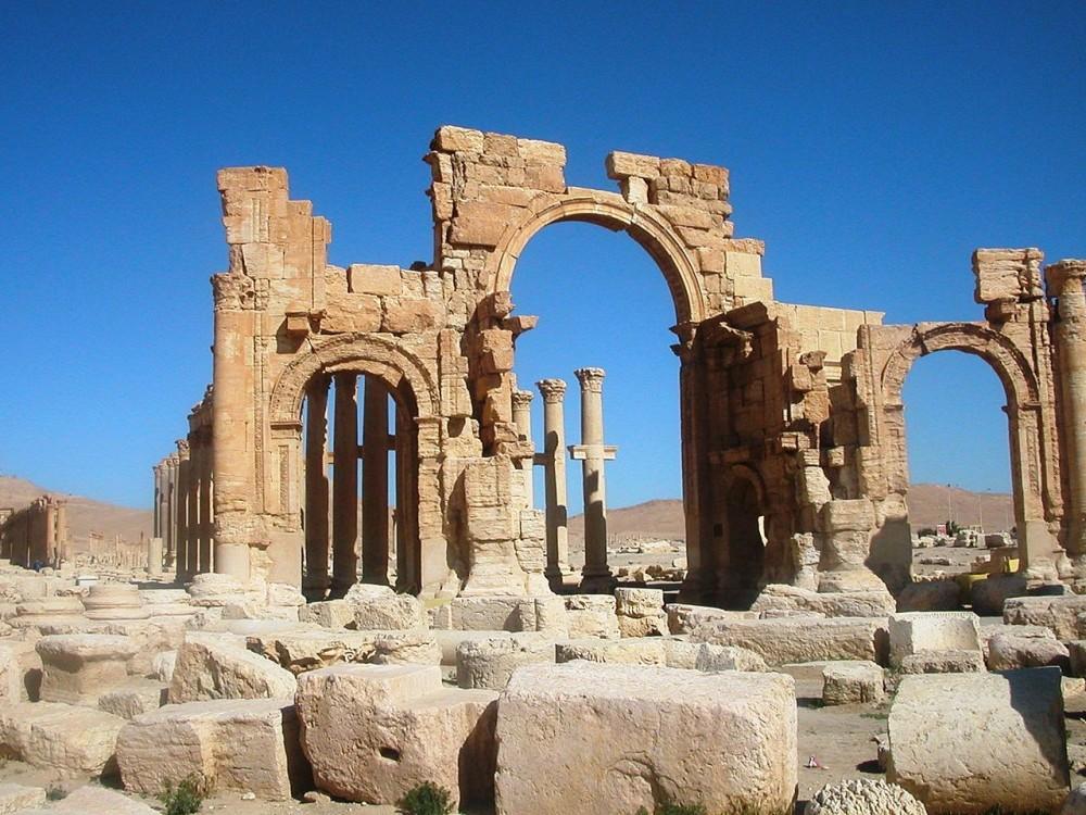 Grote boog aan begin van de colonnadestraat van Palmyra