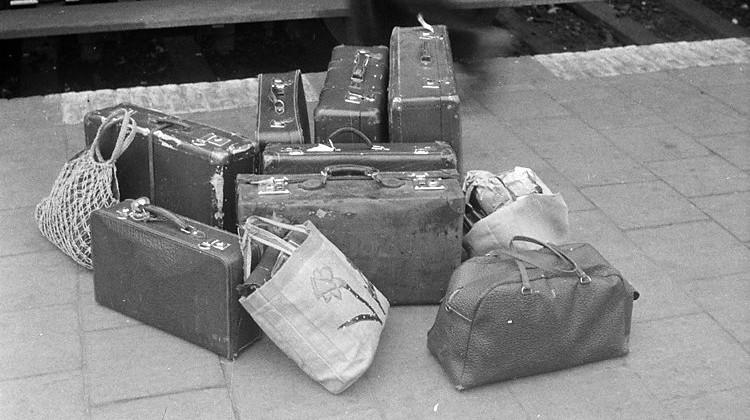 Foto die Cobie Douma in 1945 maakte van bagage van evacués uit Grou die naar Leeuwarden zouden vertrekken (Coll. Nederlands fotomuseum)