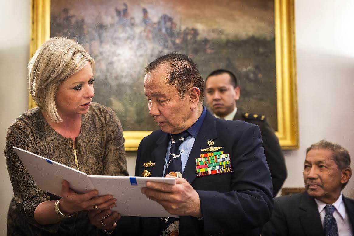 Minister Hennis en generaal Herman Mantiri