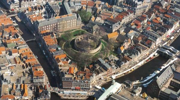 Burchtheuvel van Leiden op een luchtfoto (RCE)