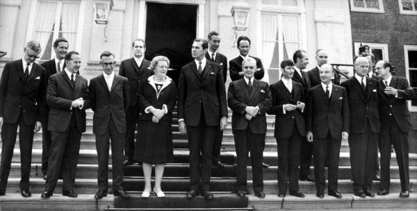Eerste Kabinet Biesheuvel (1971-1972) met geheel rechts op het border Willem Drees jr. (cc - Spaarnestad)