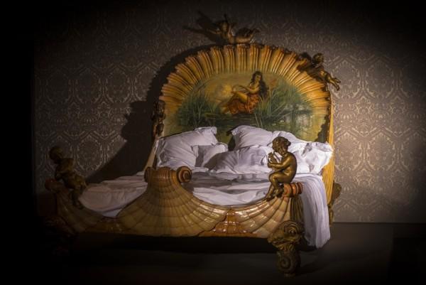 Bed, na 1860, beschilderd, verguld en bewerkt hout, 211 x 200 x 217 cm, Ville de Neuilly-sur-Seine. Fotograaf: Jan Kees Steenman