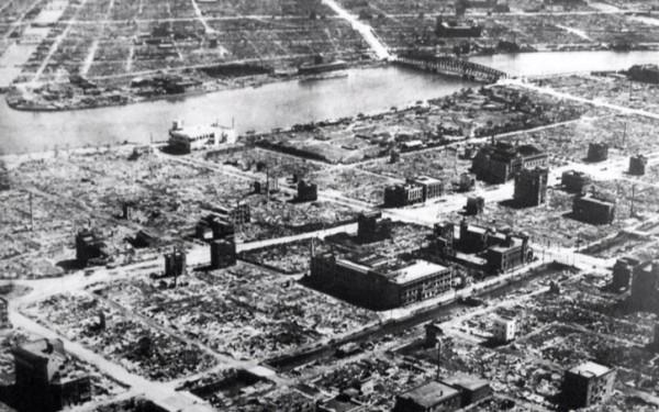 Verwoestingen in Tokio na Amerikaanse bombardementen in 1945. © Wikipedia / Publiek Domein