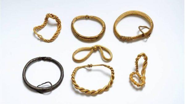 De gevonden armbanden uit de Vikingtijd (Nick Schaadt - Museum van Sönderskov)