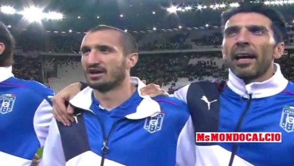 Italiaanse voetballers zingen hun volkslied (Still YouTube)