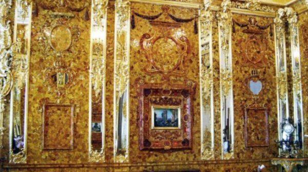 De gereconstrueerde Barnsteenkamer. Schatten uit deze kamer zouden zich ook in de nazitrein bevinden - cc
