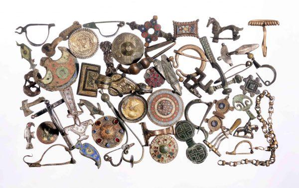 Rijksmuseum van Oudheden toont honderden kledingspelden
