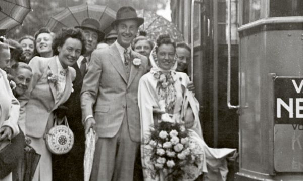 Huwelijk per tram. Bron: BBWO2 / NIOD