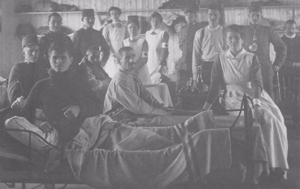 Franse en Servische soldaten worden verzorgd in een barak, januari 1919