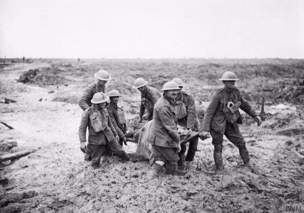 Een gewonde wordt naar veilig gebied gebracht tijdens de Derde Slag om Ieper (IWM)