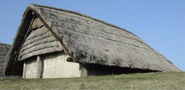 Reconstructie van een boerderij uit de Swifterbantcultuur (Foto: schoklanddoordeeeuwenheen.nl)