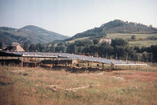 De opgraving van het boerderijgedeelte van Tifernum, Plinius' buitenhuis aan de bovenloop van de Tiber. Het chique woongedeelte wordt vermoed bij het landhuis achteraan op de heuvel, waar (toen ik de plek in 1991 bezocht) geen onderzoek mogelijk was omdat de georganiseerde misdaad dat verbood.