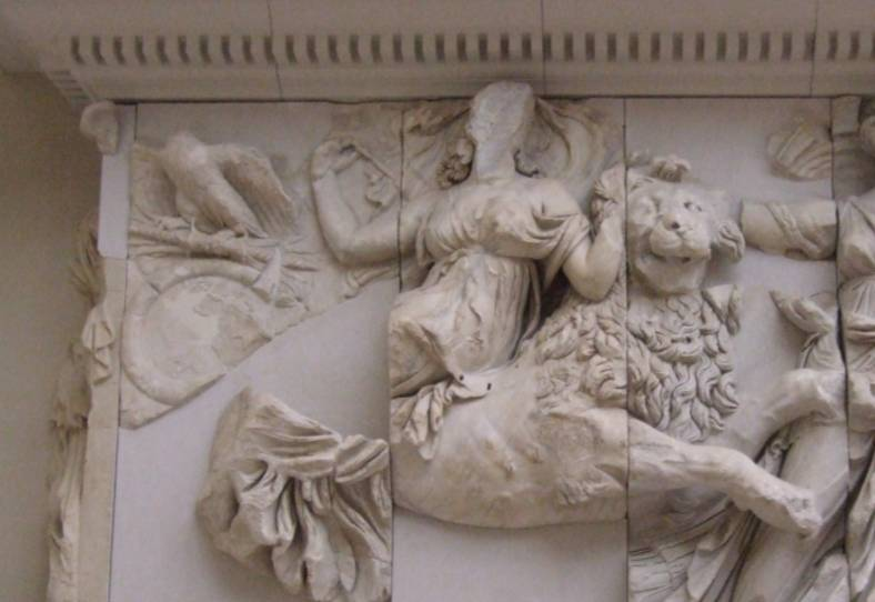 Rhea rijdt op een leeuw (cc - Pergamon Museum, Berlijn)