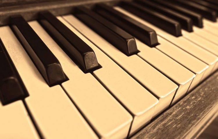 Piano (CC0 - Pixabay - MabelAmber)