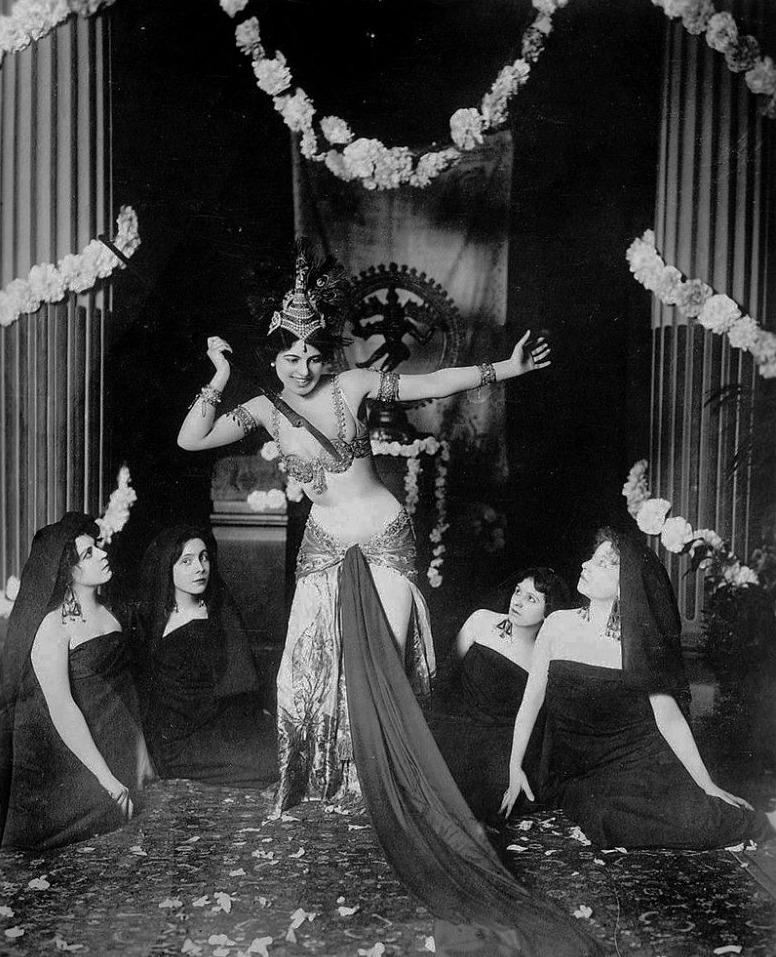 Mata Hari tijdens een optreden in het Musée Guimet in Parijs, 1905