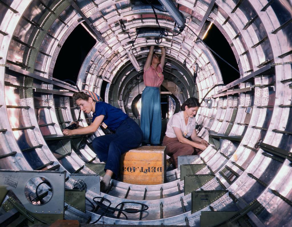 Vrouwen aan het werk in een bommenwerker