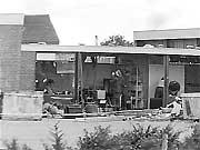 De school in Bovensmilde nadat tanks door de muren zijn gereden