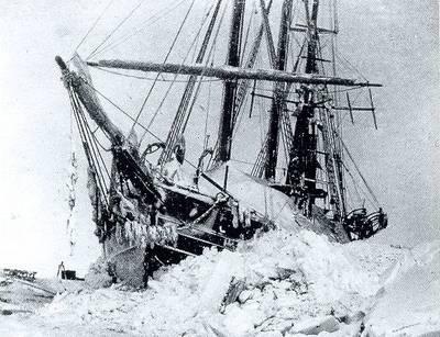Het schip van Fridtjof Nansen, de Fram, gevangen in het ijs