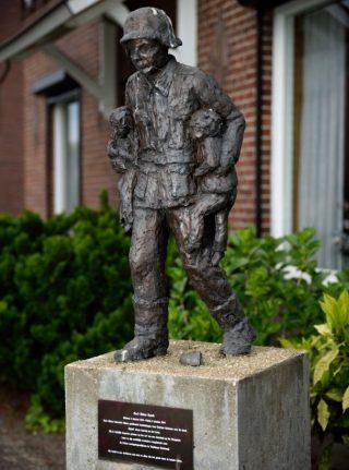 Beeld ter herinnering aan de standbeeld onthuld dat moet herinnering aan de daad van Karl-Heinz Rosch (CC BY-SA 3.0 nl - Erwin Beekveld)