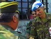 Mladic schudt Karremans (rechts) in Srebrenica de hand