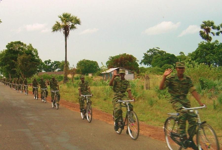 Fietspatrouille van de Tamiltijgers ten noorden van Kilinochchi in 2004 (CC BY-SA 3.0 - Qz10 - wiki)