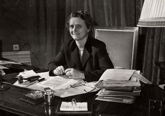 Marga Klompé als minister van Maatschappelijk Werk achter haar bureau in 1958