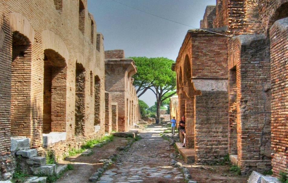 Twee bewaard gebleven gebouwen van de Romeinse havenstad Ostia Antica (CC BY 2.0 - iessi)