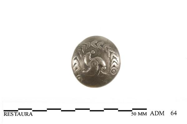Voorzijde (bolle zijde) van een zilveren Triquetrum munt van de Bataven met driebeen omringt door lauwerkrans, 50 v.Chr.