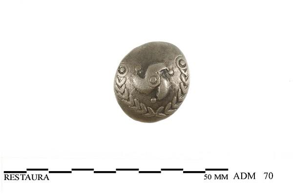 Voorzijde (bolle zijde) van een zilveren Triquetrum munt van de Bataven met zonnesymbool, 50 v.Chr.