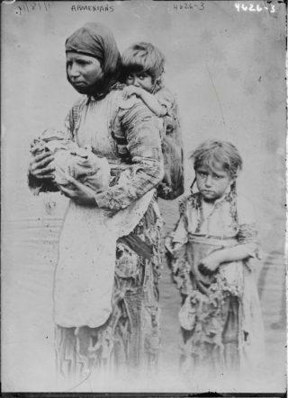 Armeense weduwe met kinderen uit Geghi (Publiek Domein - wiki)