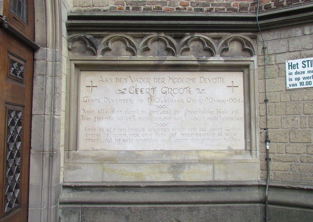Inscriptie ter nagedachtenis aan Geert Grote aan de Broederenkerk te Deventer
