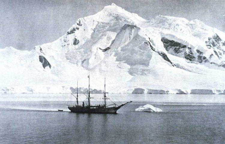 Foto van de Belgica, gemaakt tijdens de expeditie van Adrien Gerlache (Publiek Domein - wiki)