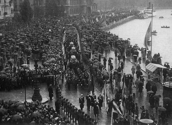 De straten staan vol als de lichamen van de drie expeditieleden op 5 oktober 1930 door de straten van Stockholm worden gereden.